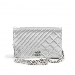 Wallet on Chain handbag in gray patent leather